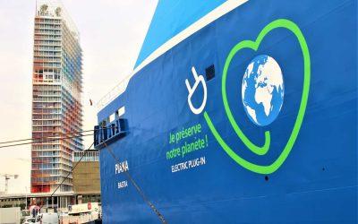 """Logo opposé sur la coque des navires de la Méridionale pour vanter le """"plug in"""" pour l'électricité à quai"""